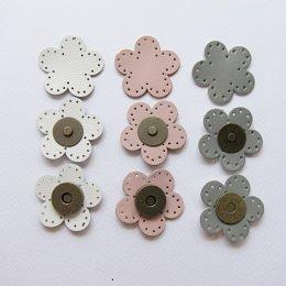(เหลือสีขาว) กระดุมแม่เหล็กหนังแท้ รูปดอกไม้ ขนาด 4 cm.