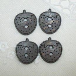 กระดุมไม้ รูปสตรอเบอรี่สีดำ (4 เม็ด/แพ็ค)
