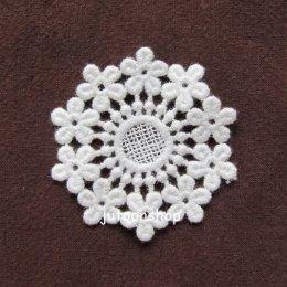 ลูกไม้ตกแต่งลายดอก สีขาวนวล ขนาด 6 * 6 ซม.