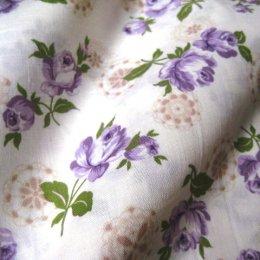 ผ้า cotton ญี่ปุ่น ลายดอกกุหลาบลูกไม้ม่วงพื้นขาว (ขนาด 1/8 เมตร 25*55 ซม.) ขนาดดอกประมาณ 7 cm.